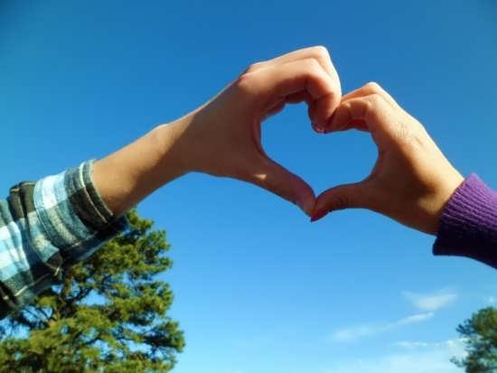 تصاویر زیبا و جذاب قلب با دست برای پروفایل