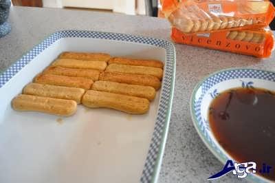 چیدن بیسکویت های تیرامیسو در ظرف دسر