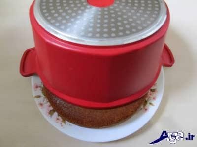 برگرداندن کیک از قابلمه در دیس