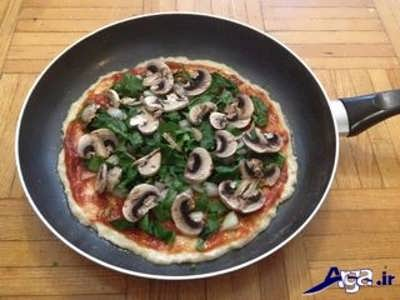 ریختن مواد روی نان پیتزا