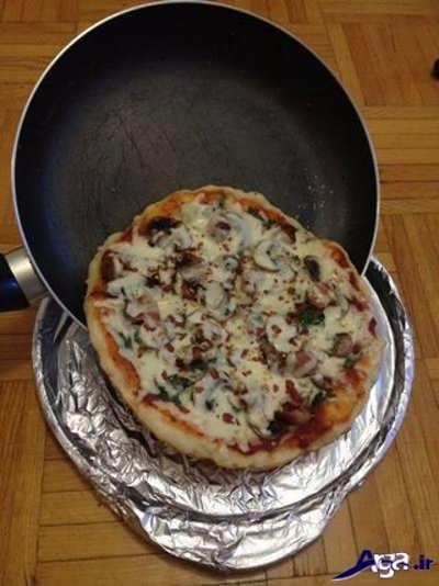 برگردان پیتزا از تابه درون ظرف مناسب