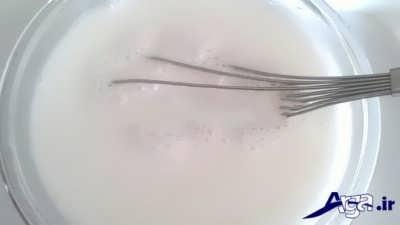 حل کردن شکر و آرد برنج در شیر سرد