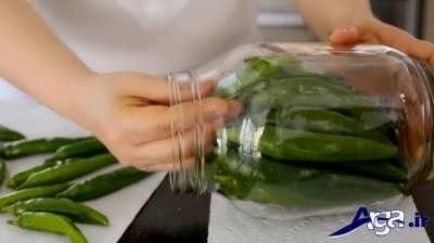 قرار دادن فلفل سبز ها در بطری