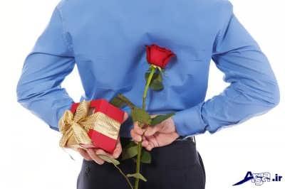 سورپرایز کردن همسر با گل و هدیه