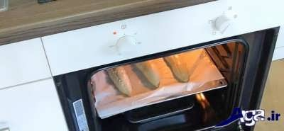 قرار دادن سینی نان باگت در فر