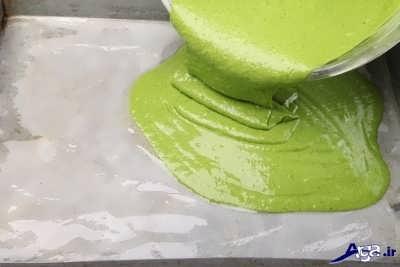 ریختن مایه کیک بر روی قالب
