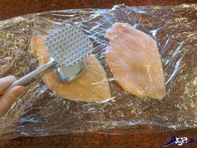 کوبیدن مرغ با بیفتک کوب