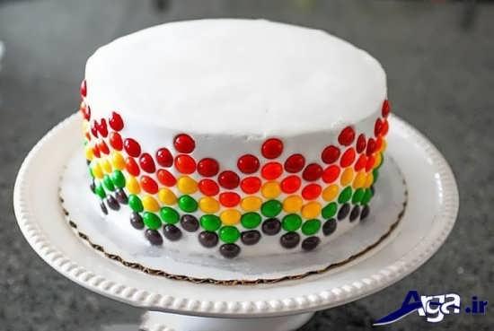 تزیین ساده کیک با شکلات رنگی و خامه