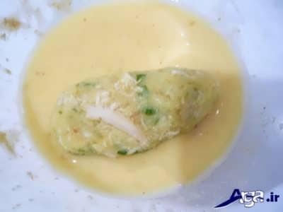 آغشته کردن کراکت مرغ با تخم مرغ
