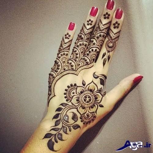 طرحهای پیچیده و زیبا حنا روی دست
