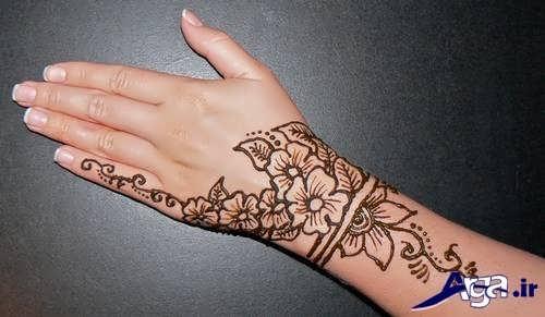 طرح حنا روی دست زیبا