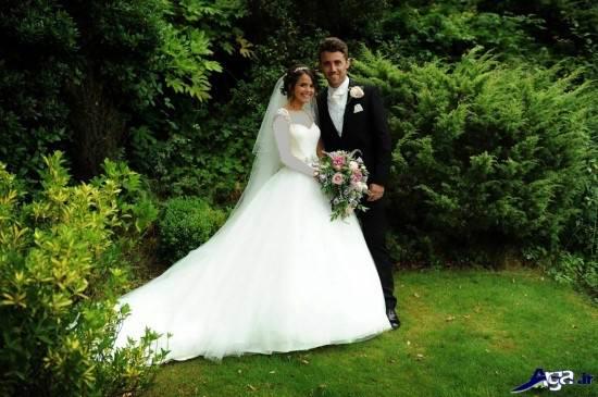 ژست زیبای عروس و داماد در باغ تالار