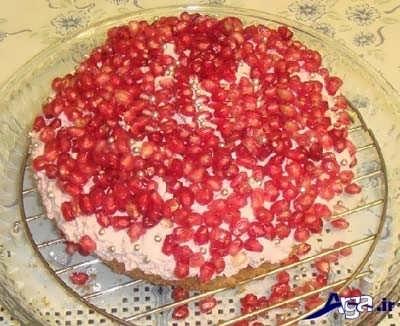 ریختن دانه های انار روی کیک اسفنجی