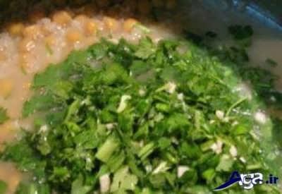 اضافه کردن سبزی به آش کلم برگ