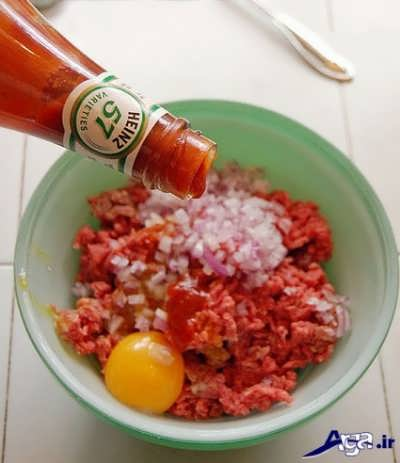افزودن سس کچاپ به مواد گوشتی همبرگر مک دونالد
