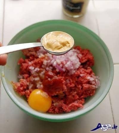 اضافه کردن سس خردل به مواد گوشتی همبرگر مک دونالد