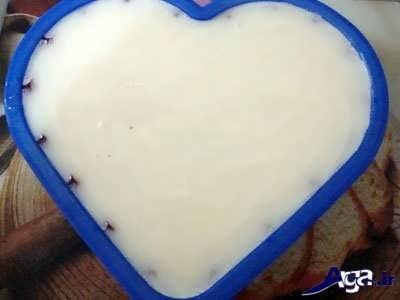 ریختن مخلوط شیر و ژله آلوئه ورا در قالب ژله