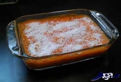 ریختن پودر نارگیل روی دسر هویج