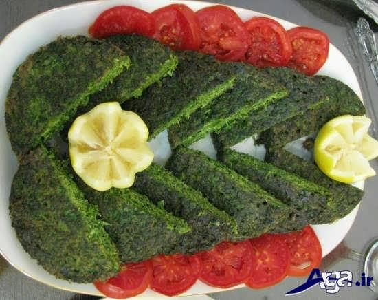 تزیین ساده کوکو سبزی با گوجه و لیمو