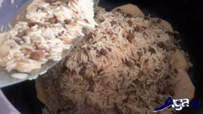 ریختن مخلوط عدس و برنج در قابلمه