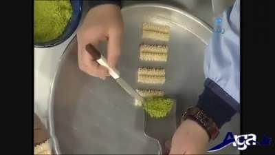 ریختن پودر پسته روی خمیر شیرینی چرخی