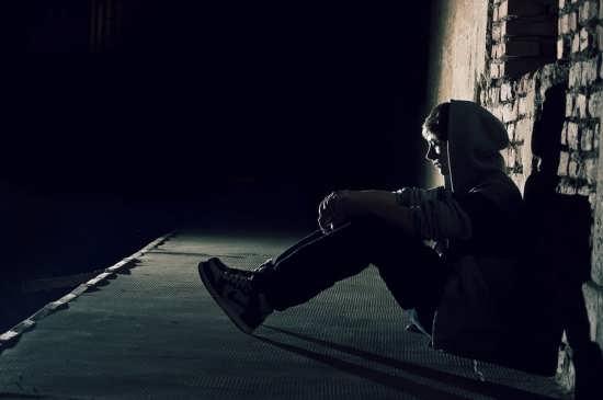 عکس پسر تنها و غمگین
