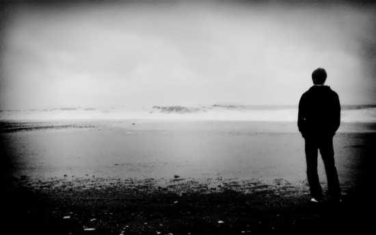 عکس پسر تنها سیاه و سفید