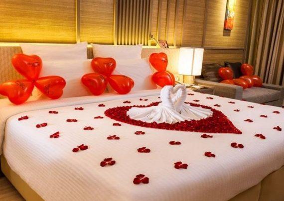 تزیین اتاق خواب عروس با شمع و گل و تور