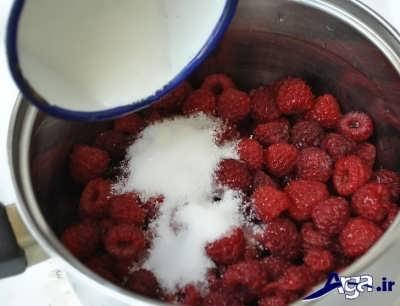 ریختن شکر در لا به لای تمشک ها