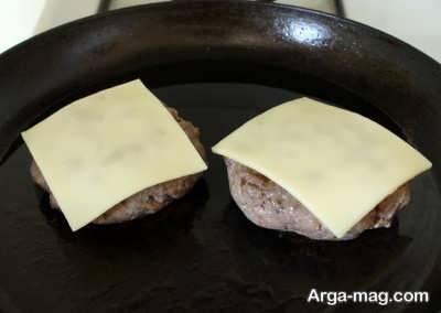 سرخ کردن مخلوط گوشتی با پنیر