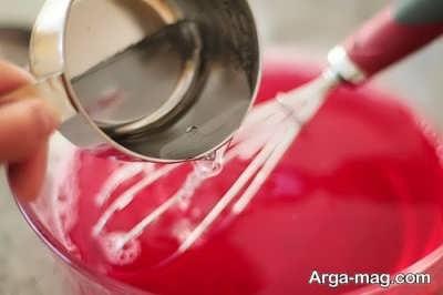 اضافه کردن آب سرد به پودر ژله حل شده