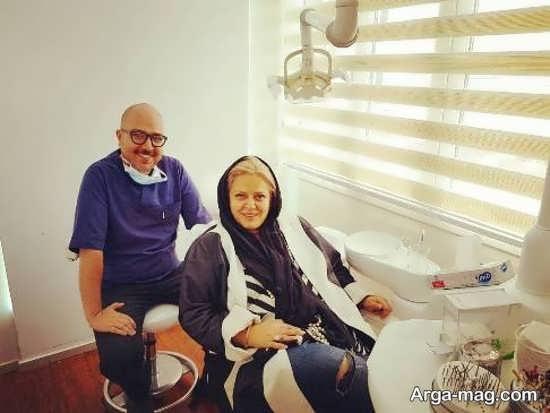 بهاره رهنما با شلوار جین پاره برای تبلیغ کلینیک دندانپزشکی