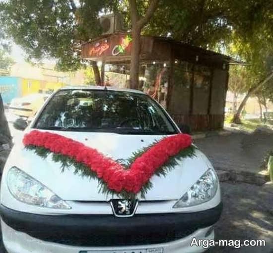 تزیین کردن ماشین عروس با گل های قرمز