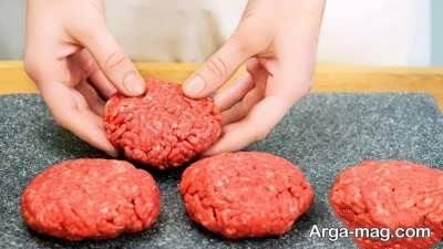 آماده کردن همبرگر ذغالی