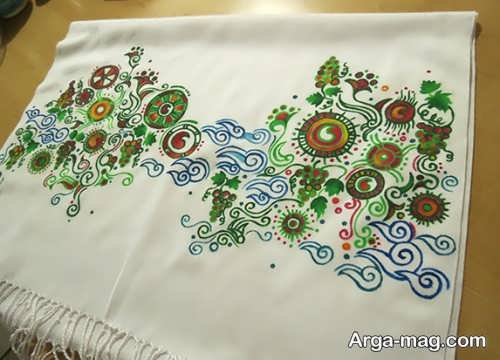 نقاشی زیبا روی شال سفید