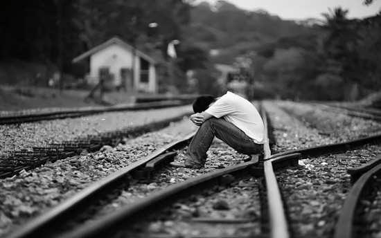 پسر تنها و ریل قطار