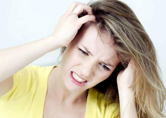 علت خارش سر و روش های طبیعی درمان