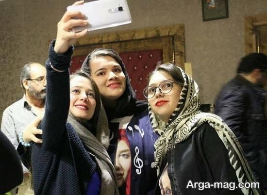 الناز حبیبی در کنار طرفدارانش