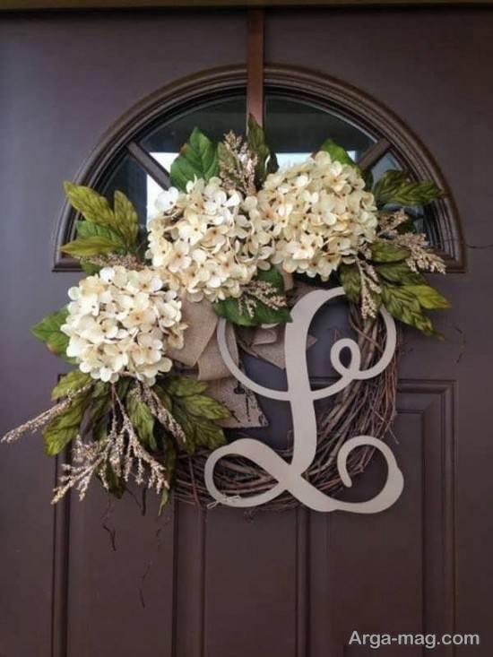 تزیین درب ورودی آپارتمان با گل و حروف لاتین