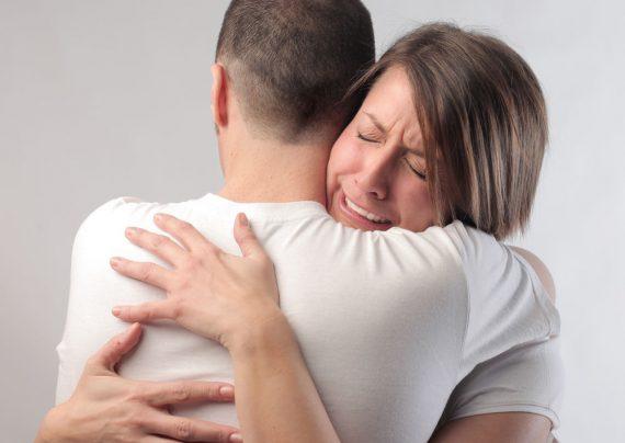10 راهکار مفید برای دلداری دادن به همسر عزادارتان