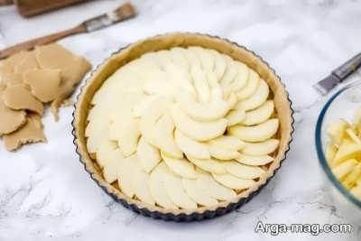 چیدن سیب روی خمیر تارت