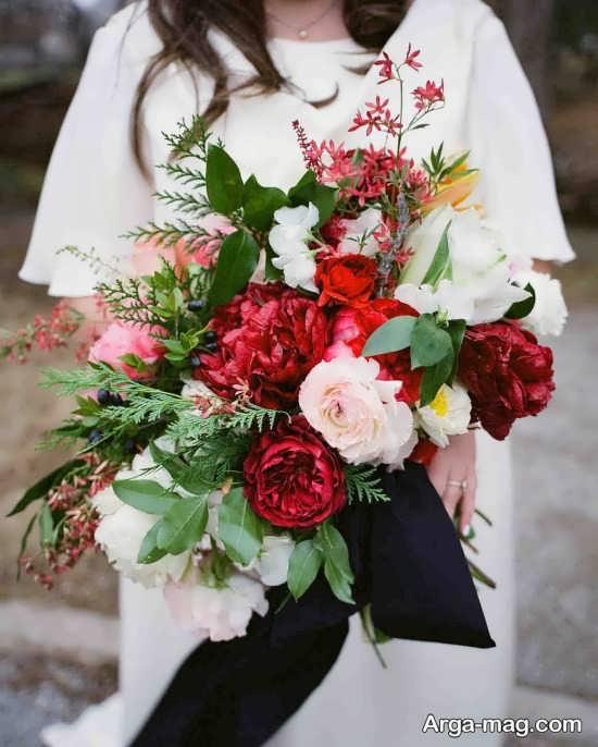 دسته گل عروس با گل قرمز