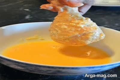 مخلوط تخم مرغ و شیر جهت مزه دار مرغ سوخاری