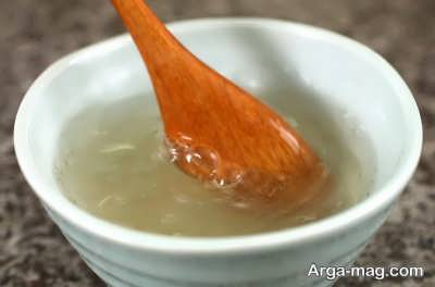 مخلوط کردن ژلاتین با آب جهت تهیه دسر قهوه