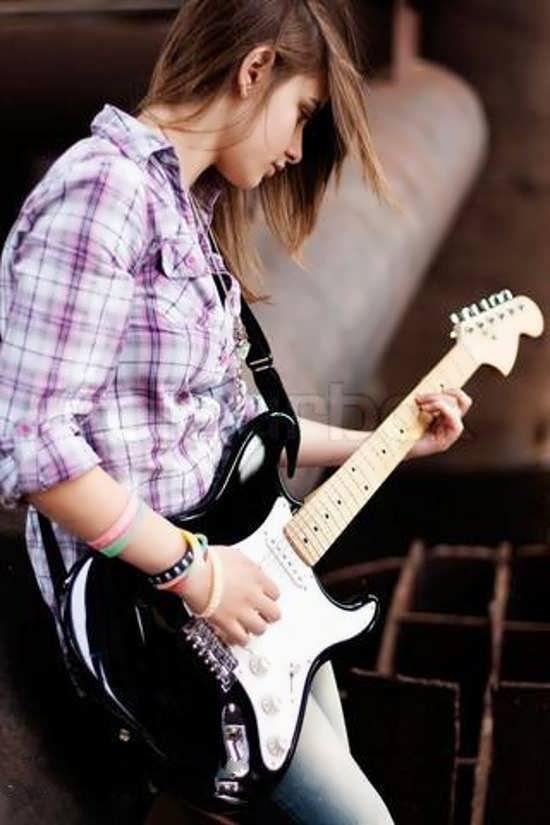 عکس پروفایل دخترانه با گیتار