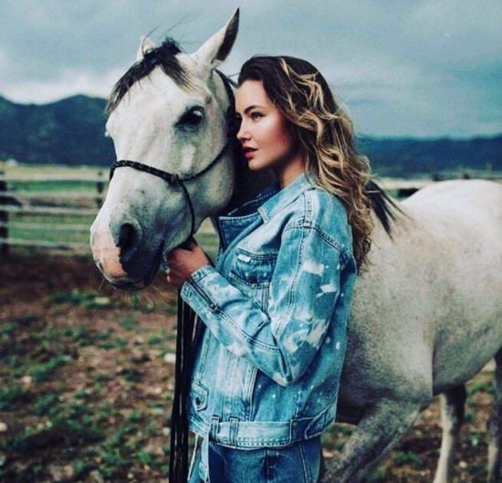عکس دختر با اسب سفید