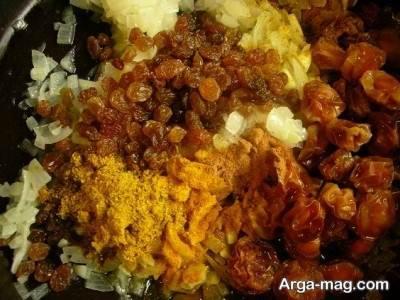 تفت دادن مواد میانی برای تهیه مرغ شکم پر