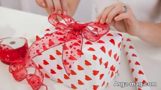تزیین هدیه ولنتاین با روبان قرمز