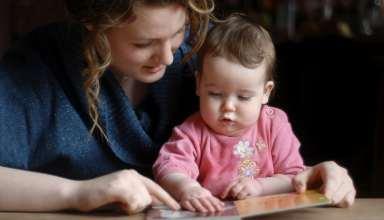 رابطه مستقیم نوع کتابی که برای نوزادان خوانده می شود با روند رشد مغزی آنها