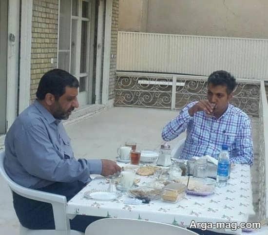عادل فردوسی پور در حال خوردن صبحانه